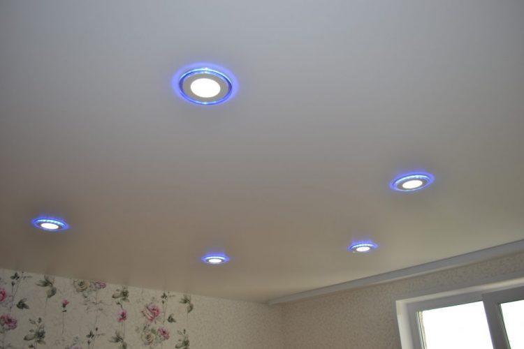 Как использовать светодиодные светильники при установке натяжных потолков, и как это влияет на высоту системы. В данной статье будут рассмотрены некоторые из этих вопросов.