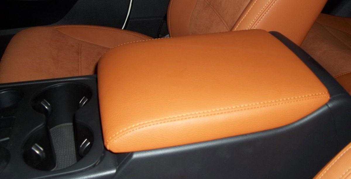 Обшивка подлокотника в салоне автомобиля