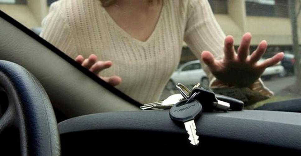 Как быть, если двери автомобиля захлопнулись?